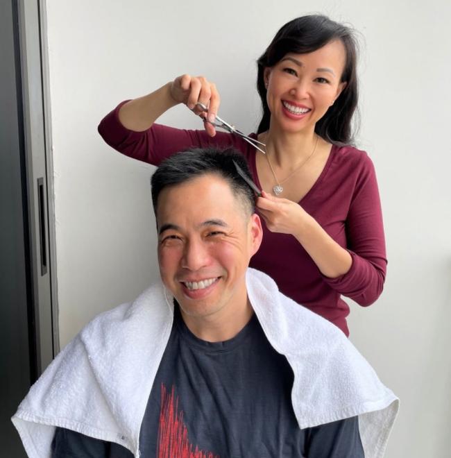 Vợ chồng Shark Linh tự cắt tóc cho nhau để chuẩn bị đón năm mới, fan thích thú với biểu cảm nhí nhảnh của cặp đôi - Ảnh 1.
