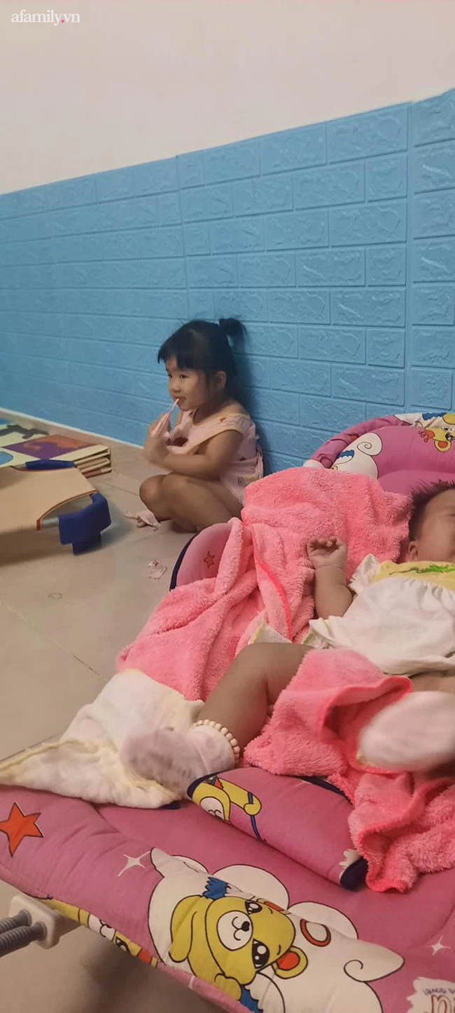 """Lo dỗ bé út ngủ, tự nhiên thấy bé lớn im lặng hồi lâu, người mẹ ngẩng lên thì thấy ngay """"pha xé áo đi vào lòng bàn tay"""" của con gái  - Ảnh 3."""
