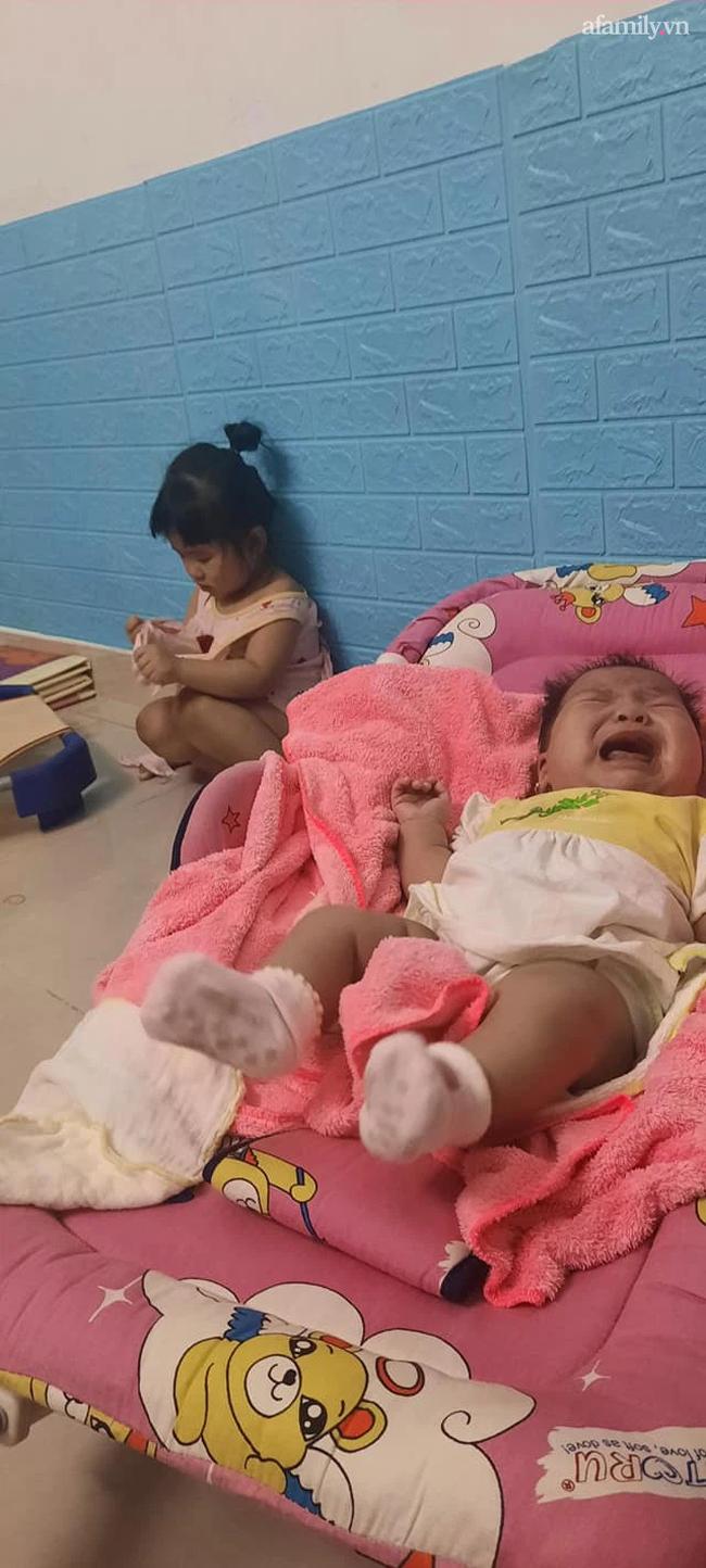 """Lo dỗ bé út ngủ, tự nhiên thấy bé lớn im lặng hồi lâu, người mẹ ngẩng lên thì thấy ngay """"pha xé áo đi vào lòng bàn tay"""" của con gái  - Ảnh 2."""