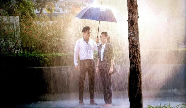 """Hướng dương ngược nắng: Lộ cảnh siêu lãng mạn nhưng hứa hẹn """"tận cùng đau khổ"""" của Minh - Hoàng dưới cơn mưa - Ảnh 2."""