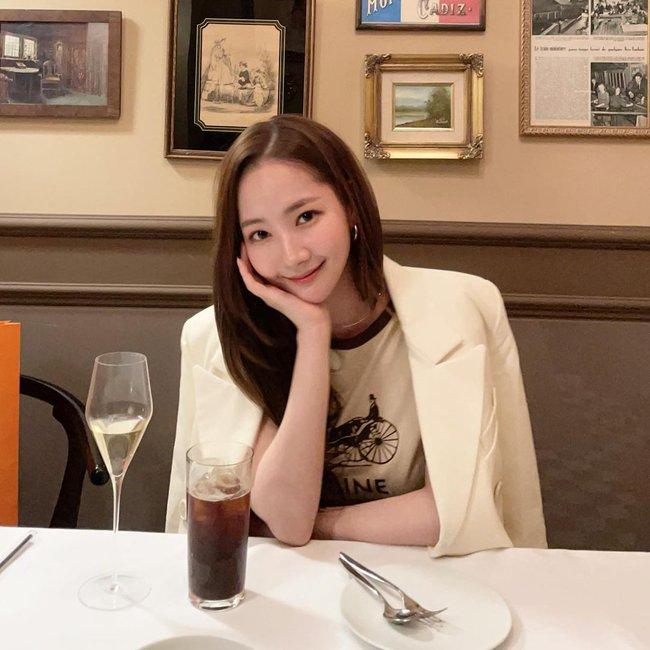 """""""Tình cũ Lee Min Ho"""" Park Min Young tái xuất với ngoại hình xinh đẹp nhưng netizen lại chú ý tới điểm khác lạ này - Ảnh 1."""