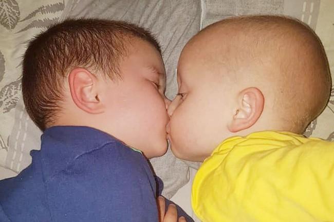 Nhìn bức ảnh hai anh em hôn nhau bình yên, không ai nghĩ rằng đó lại là bức ảnh của cậu em tự kỷ hôn anh trai đang bị ung thư não của mình - Ảnh 1.