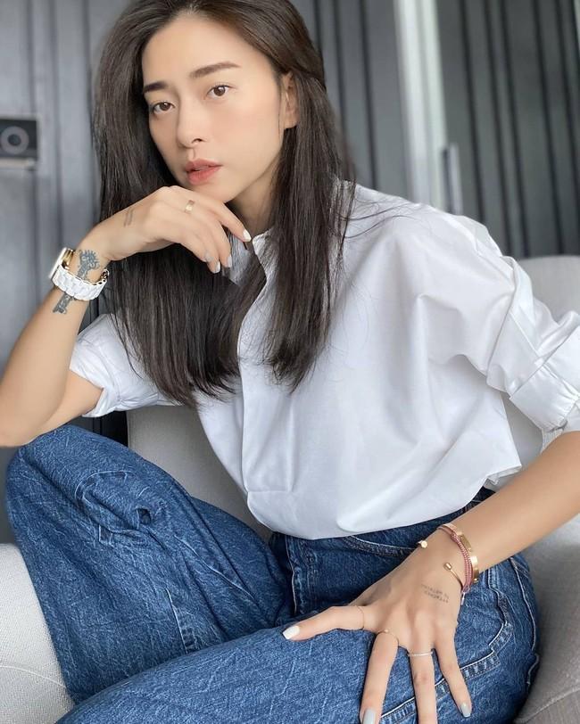 Trời ấm lên, cập nhật ngay 12 cách diện áo sơ mi/blouse của các mỹ nhân Việt để sành điệu từ công sở ra phố - Ảnh 1.