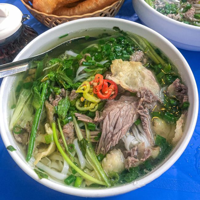 Những quán ăn đường phố đắt đỏ ở Việt Nam - Ảnh 6.