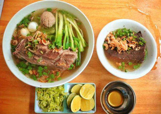 Những quán ăn đường phố đắt đỏ ở Việt Nam - Ảnh 1.