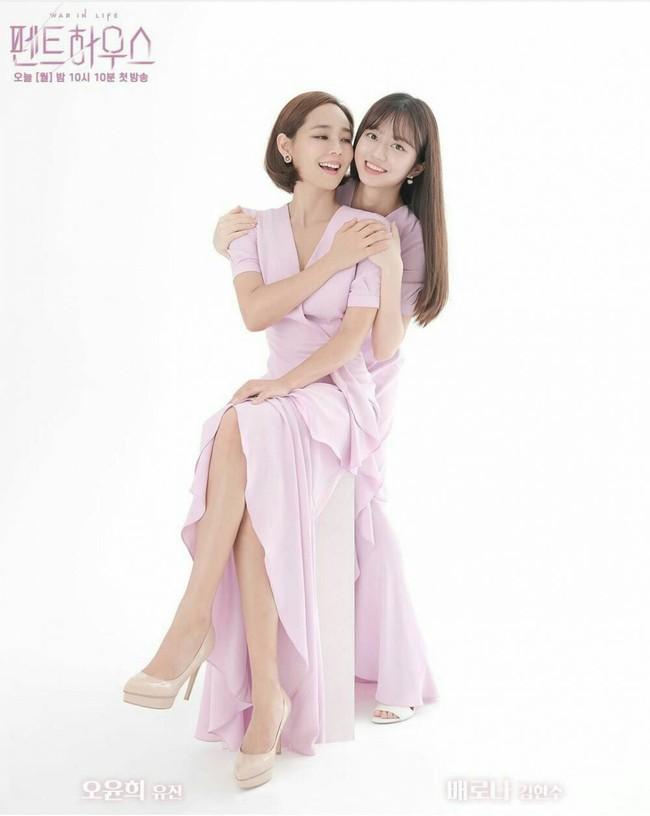 """Visual lẫn vóc dáng thấp bé tương đồng, chị đẹp Penthouse và Jisoo còn có cùng gu chọn giày mix với váy để """"độn"""" chiều cao - Ảnh 4."""