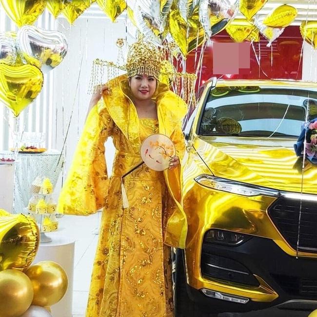Đi nhận xe mà mặc đồ như Hoàng hậu giá đáo, nữ khách hàng khiến dân mạng tròn mắt ngạc nhiên với ý tưởng độc nhất vô nhị của mình - Ảnh 1.