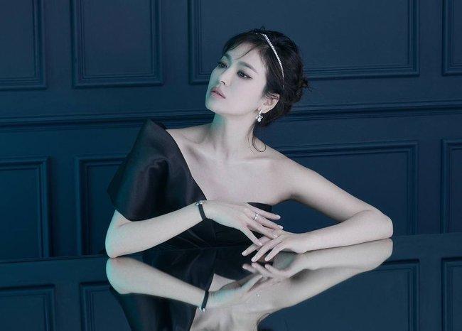 """Netizen Hàn suốt ngày """"độc miệng"""" mỉa mai Song Hye Kyo trong khi nhân vật cực kỳ quyền lực lại phản ứng đặc biệt thế này  - Ảnh 1."""