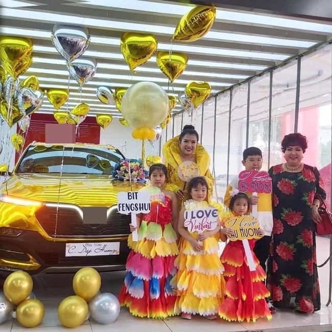 Đi nhận xe mà mặc đồ như Hoàng hậu giá đáo, nữ khách hàng khiến dân mạng tròn mắt ngạc nhiên với ý tưởng độc nhất vô nhị của mình - Ảnh 3.