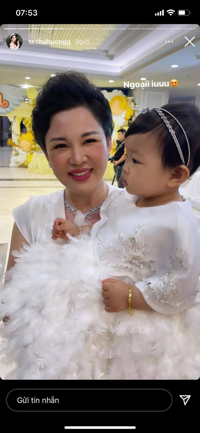 Cô dâu 200 cây vàng ở Nam Định tổ chức sinh nhật hoành tráng cho con gái nhưng nhan sắc bà đỉnh cao của bà ngoại mới đáng chú ý hơn cả - Ảnh 2.