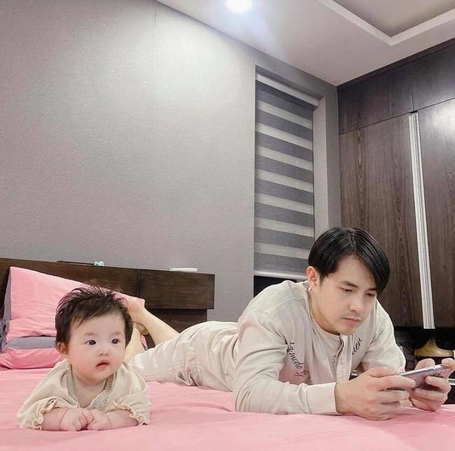 Hình ảnh siêu dễ thương của Ông Cao Thắng và con gái, đến dáng nằm cũng giống nhau như đúc - Ảnh 2.