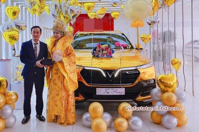 Đi nhận xe mà mặc đồ như Hoàng hậu giá đáo, nữ khách hàng khiến dân mạng tròn mắt ngạc nhiên với ý tưởng độc nhất vô nhị của mình - Ảnh 2.