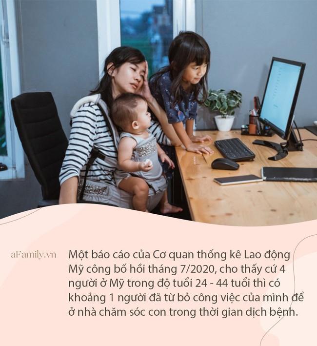"""Cuộc khủng hoảng trầm trọng của các bà mẹ khi phải vừa làm việc ở nhà vừa """"điều hành"""" con trong đại dịch"""
