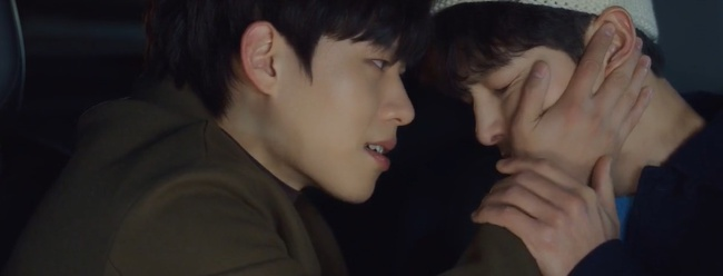 """Vincenzo: Song Joong Ki lừa tình trai đẹp, nào ngờ bị cướp nụ hôn đầu, màn ôm ấp nắm tay khiến các """"hủ"""" sướng rơn - Ảnh 12."""