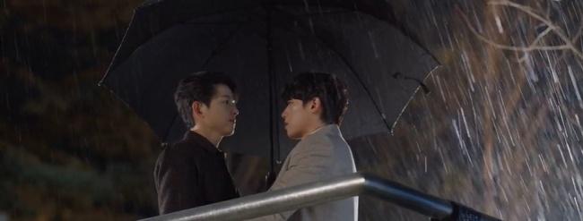 """Vincenzo: Song Joong Ki lừa tình trai đẹp, nào ngờ bị cướp nụ hôn đầu, màn ôm ấp nắm tay khiến các """"hủ"""" sướng rơn - Ảnh 17."""