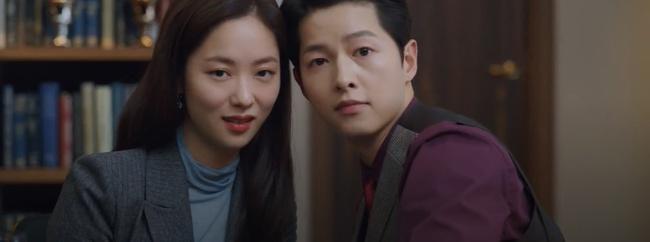 """Vincenzo: Song Joong Ki lừa tình trai đẹp, nào ngờ bị cướp nụ hôn đầu, màn ôm ấp nắm tay khiến các """"hủ"""" sướng rơn - Ảnh 4."""