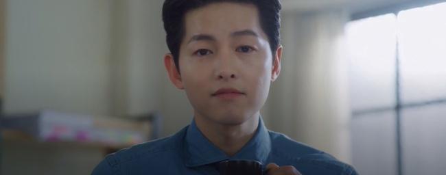 """Vincenzo: Song Joong Ki lừa tình trai đẹp, nào ngờ bị cướp nụ hôn đầu, màn ôm ấp nắm tay khiến các """"hủ"""" sướng rơn - Ảnh 5."""