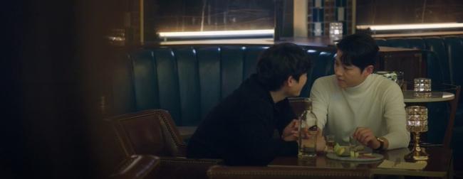 """Vincenzo: Song Joong Ki lừa tình trai đẹp, nào ngờ bị cướp nụ hôn đầu, màn ôm ấp nắm tay khiến các """"hủ"""" sướng rơn - Ảnh 10."""