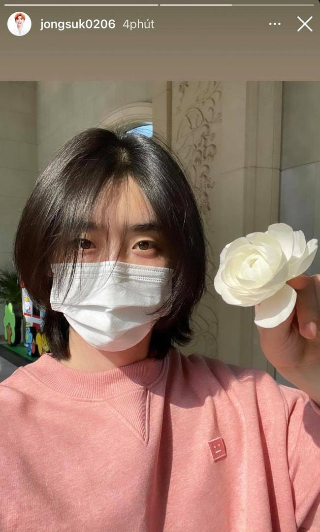 """Tự nhận mình là """"bà thím"""", nhưng Lee Jong Suk lại được netizen hết lời khen ngợi nhờ mái tóc suôn mượt hơn con gái - Ảnh 1."""