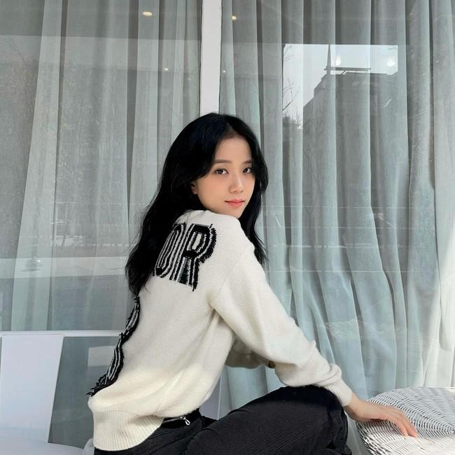 """Cùng một chiếc quần, Jisoo biến hóa cực """"ngọt"""" từ style nhẹ nhàng sang cá tính sắc lẹm - Ảnh 5."""