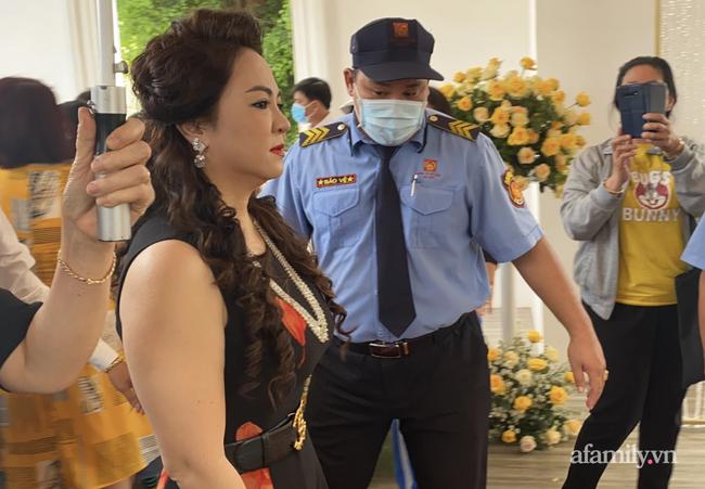 """Bà Nguyễn Phương Hằng giải thích việc bị tố vô ơn với """"thần y"""": Tìm mọi cách cứu chồng là bản năng của phụ nữ - Ảnh 1."""