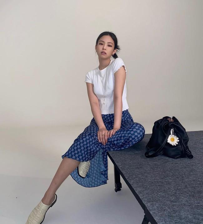 """Jennie có 11 cách diện áo trắng sành điệu tuyệt vời, chị em học theo thì chuyện mặc đẹp bỗng """"dễ như chơi"""" - Ảnh 3."""