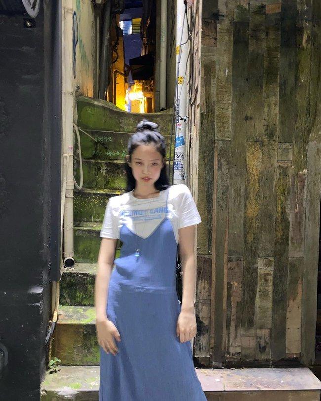 """Jennie có 11 cách diện áo trắng sành điệu tuyệt vời, chị em học theo thì chuyện mặc đẹp bỗng """"dễ như chơi"""" - Ảnh 4."""