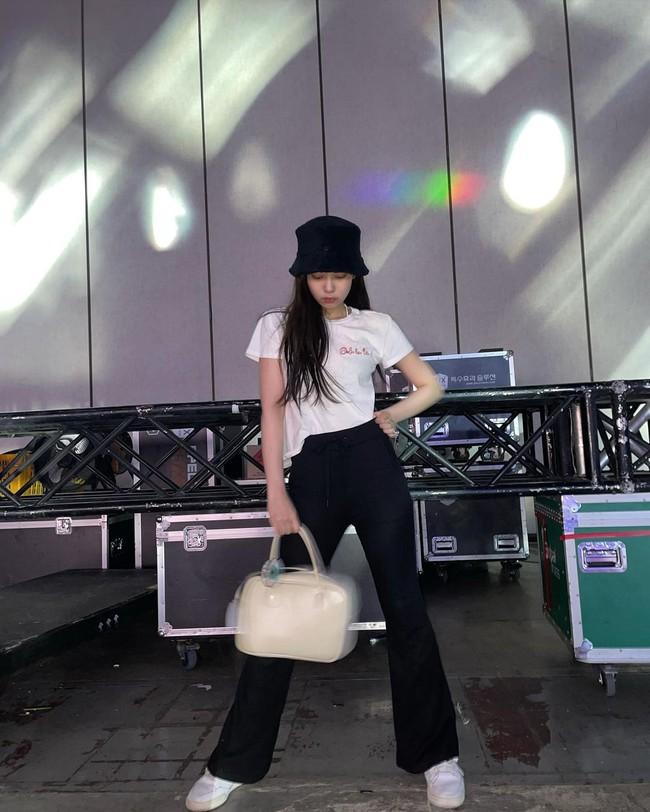 """Jennie có 11 cách diện áo trắng sành điệu tuyệt vời, chị em học theo thì chuyện mặc đẹp bỗng """"dễ như chơi"""" - Ảnh 5."""