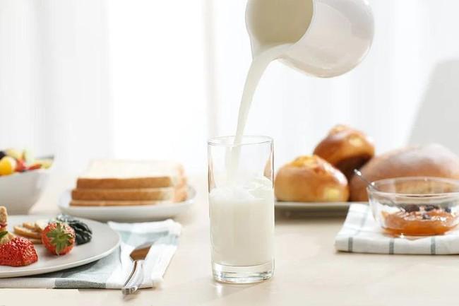 Uống sữa cũng phải đúng cách, uống sữa theo 4 kiểu này vừa không có dinh dưỡng vừa gây hại sức khỏe - Ảnh 1.