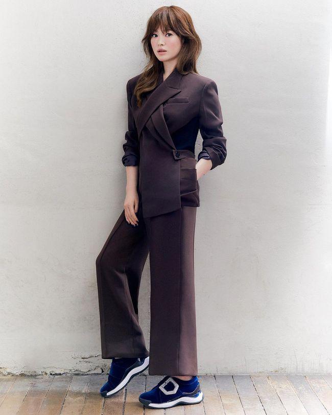 """Song Hye Kyo diện blazer không bao giờ """"fail"""", sương sương cũng có 13 cách mặc trẻ và sang tuyệt đối - Ảnh 11."""