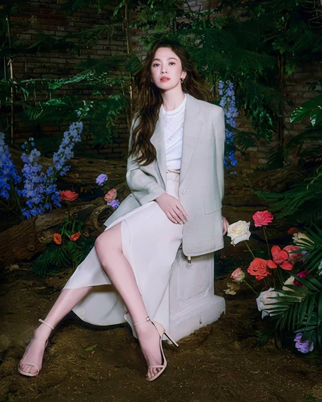"""Song Hye Kyo diện blazer không bao giờ """"fail"""", sương sương cũng có 13 cách mặc trẻ và sang tuyệt đối - Ảnh 2."""
