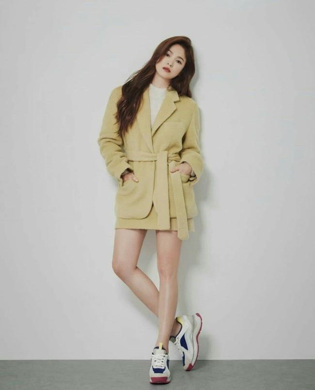 """Song Hye Kyo diện blazer không bao giờ """"fail"""", sương sương cũng có 13 cách mặc trẻ và sang tuyệt đối - Ảnh 3."""