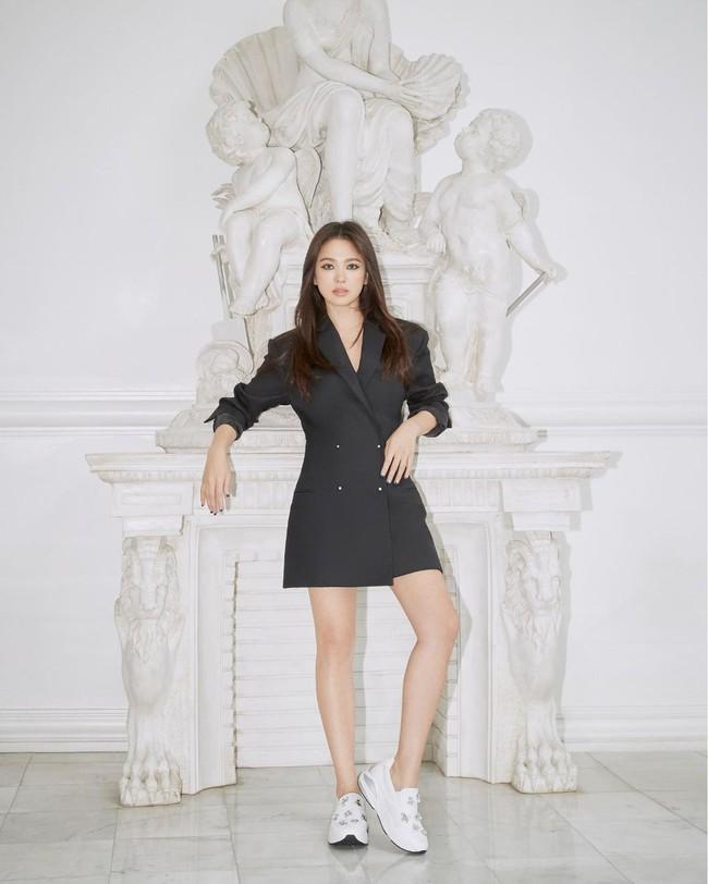 """Song Hye Kyo diện blazer không bao giờ """"fail"""", sương sương cũng có 13 cách mặc trẻ và sang tuyệt đối - Ảnh 8."""