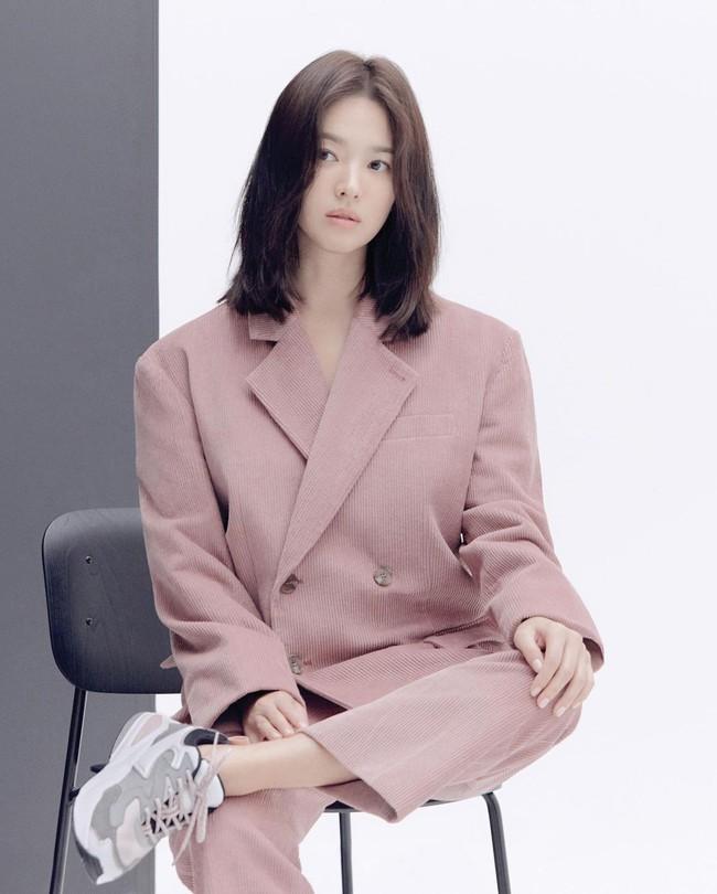 """Song Hye Kyo diện blazer không bao giờ """"fail"""", sương sương cũng có 13 cách mặc trẻ và sang tuyệt đối - Ảnh 9."""