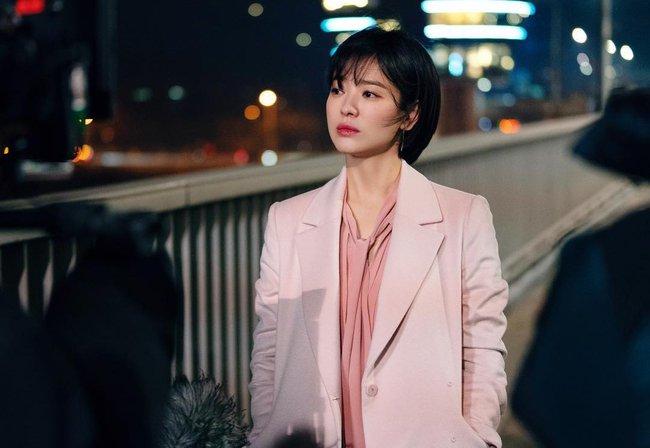 """Song Hye Kyo diện blazer không bao giờ """"fail"""", sương sương cũng có 13 cách mặc trẻ và sang tuyệt đối - Ảnh 12."""
