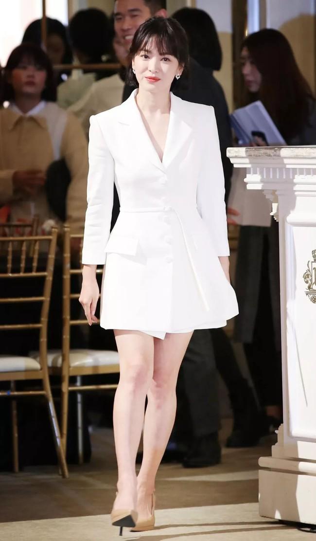 """Song Hye Kyo diện blazer không bao giờ """"fail"""", sương sương cũng có 13 cách mặc trẻ và sang tuyệt đối - Ảnh 13."""