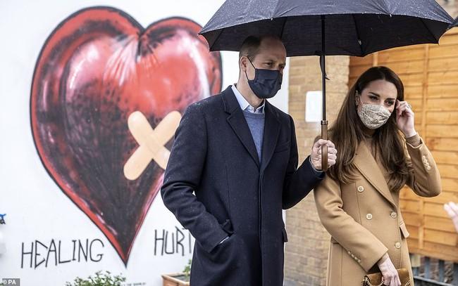 """Nữ hoàng Anh buồn nhưng không giận Harry, vợ chồng Công nương Kate tiếp tục lộ diện thách thức """"cơn bão' nhà Sussex  - Ảnh 2."""