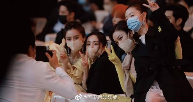 Triệu Lệ Dĩnh bị cô lập ở Đêm hội Weibo, ngồi một mình chẳng có ai tiếp chuyện? - Ảnh 2.
