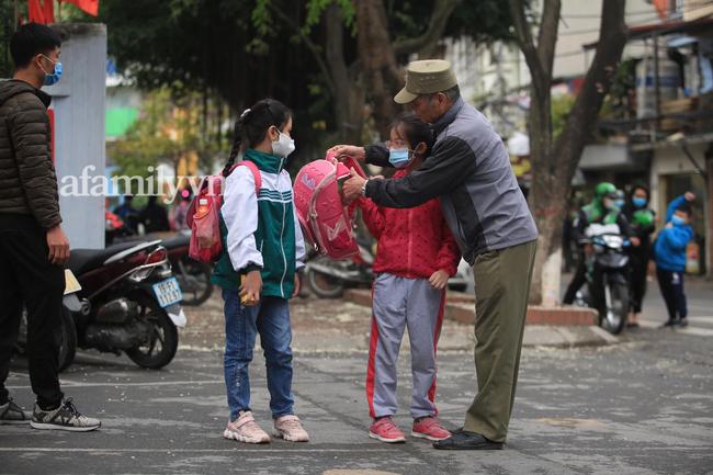 Học sinh Hà Nội đến trường ngày đầu tiên sau Tết: Thời tiết đẹp, một số em buồn ngủ vì phải dậy sớm đi học lại  - Ảnh 1.