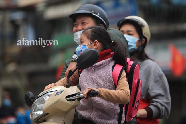 Học sinh Hà Nội đến trường ngày đầu tiên sau Tết: Thời tiết đẹp, một số em buồn ngủ vì phải dậy sớm đi học lại  - Ảnh 3.