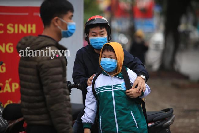 Học sinh Hà Nội đến trường ngày đầu tiên sau Tết: Thời tiết đẹp, một số em buồn ngủ vì phải dậy sớm đi học lại  - Ảnh 4.