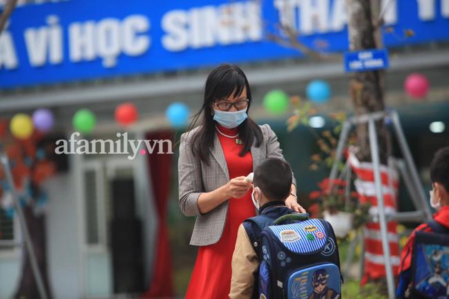 Học sinh Hà Nội đến trường ngày đầu tiên sau Tết: Thời tiết đẹp, một số em buồn ngủ vì phải dậy sớm đi học lại  - Ảnh 6.