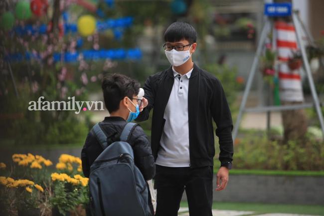 Học sinh Hà Nội đến trường ngày đầu tiên sau Tết: Thời tiết đẹp, một số em buồn ngủ vì phải dậy sớm đi học lại  - Ảnh 7.
