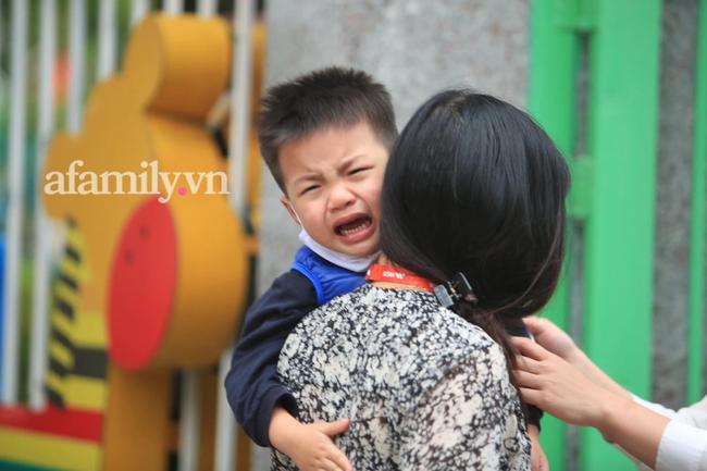 Học sinh Hà Nội đến trường ngày đầu tiên sau Tết: Háo hức nhưng vẫn buồn ngủ, có em khóc sướt mướt vì chưa quen với việc dậy sớm trở lại - Ảnh 8.