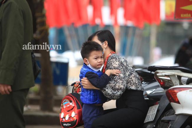 Học sinh Hà Nội đến trường ngày đầu tiên sau Tết: Háo hức nhưng vẫn buồn ngủ, có em khóc sướt mướt vì chưa quen với việc dậy sớm trở lại - Ảnh 9.