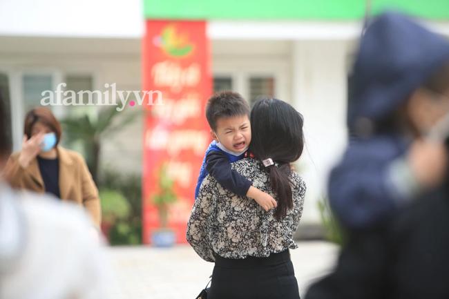 Học sinh Hà Nội đến trường ngày đầu tiên sau Tết: Háo hức nhưng vẫn buồn ngủ, có em khóc sướt mướt vì chưa quen với việc dậy sớm trở lại - Ảnh 10.