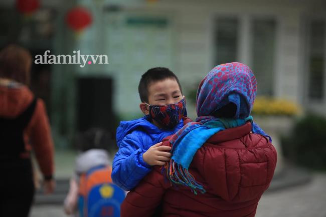 Học sinh Hà Nội đến trường ngày đầu tiên sau Tết: Háo hức nhưng vẫn buồn ngủ, có em khóc sướt mướt vì chưa quen với việc dậy sớm trở lại - Ảnh 11.