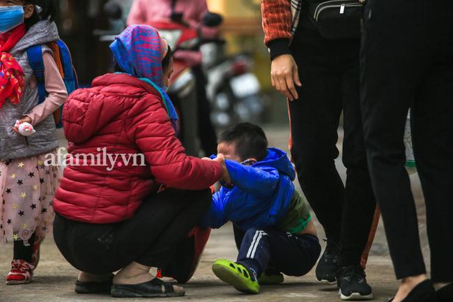 Học sinh Hà Nội đến trường ngày đầu tiên sau Tết: Háo hức nhưng vẫn buồn ngủ, có em khóc sướt mướt vì chưa quen với việc dậy sớm trở lại - Ảnh 12.