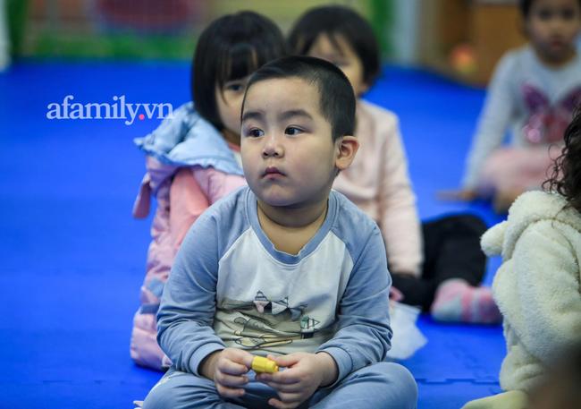 Học sinh Hà Nội đến trường ngày đầu tiên sau Tết: Háo hức nhưng vẫn buồn ngủ, có em khóc sướt mướt vì chưa quen với việc dậy sớm trở lại - Ảnh 22.