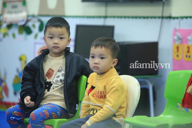 Học sinh Hà Nội đến trường ngày đầu tiên sau Tết: Háo hức nhưng vẫn buồn ngủ, có em khóc sướt mướt vì chưa quen với việc dậy sớm trở lại - Ảnh 24.